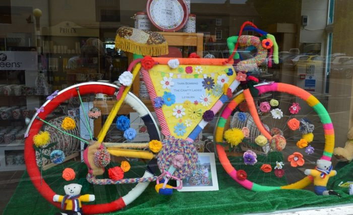 Knitted bike TDF decoration at Leyburn